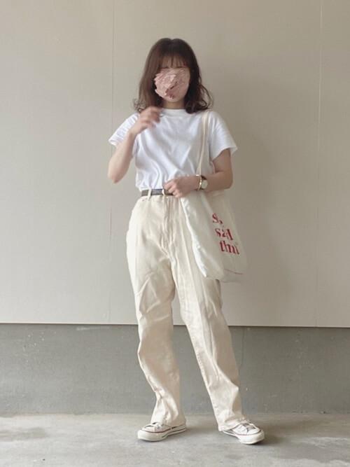 無地の白Tシャツ×白のデニムパンツ×白のスニーカー×白のトートバッグ