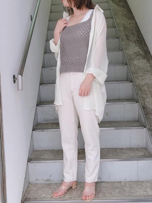 グレーのキャミソール×白シアーシャツ×白のパンツ×クリアサンダル