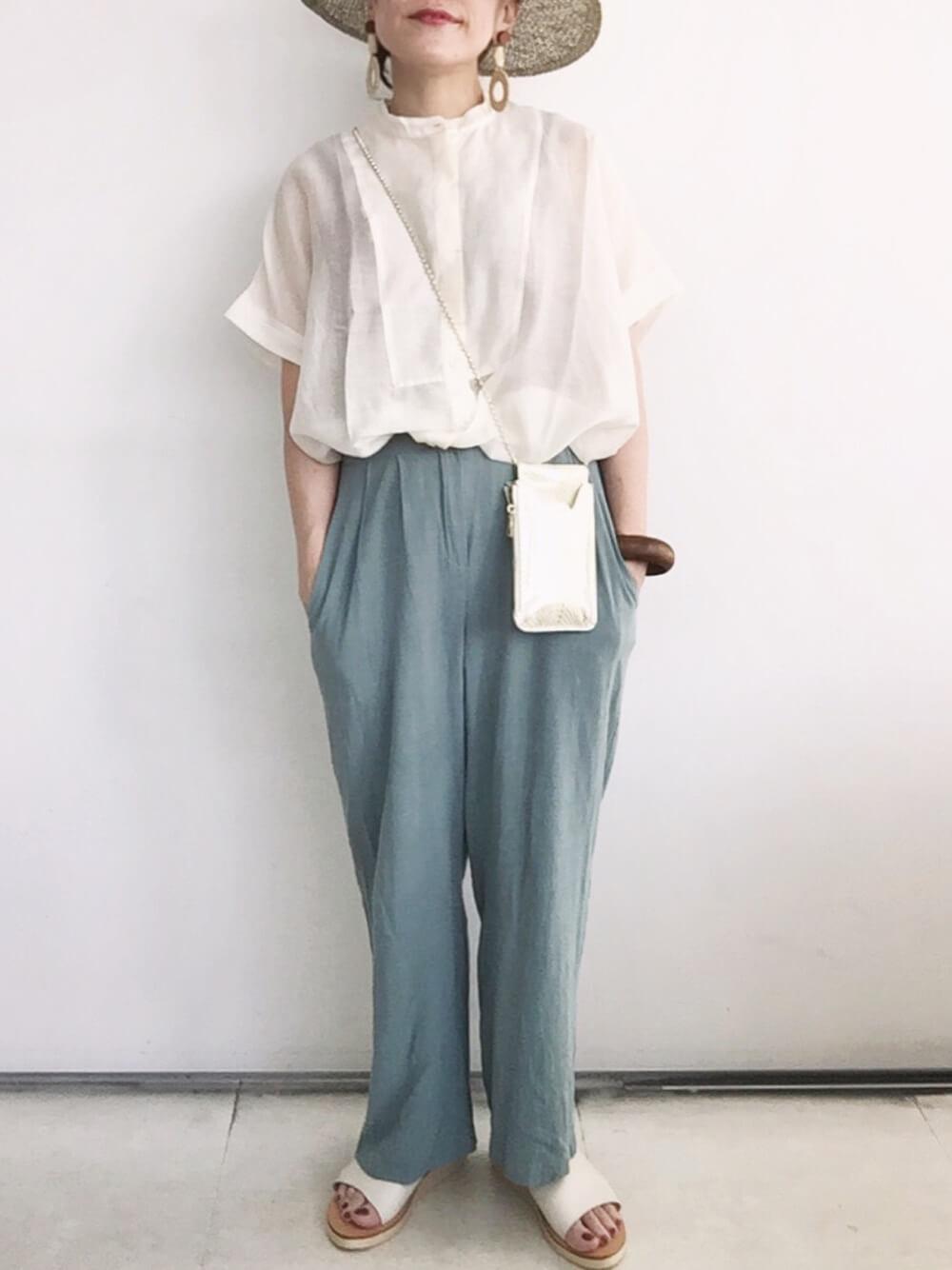 麦わら帽子×白のシアーシャツ×ブルー系のスラックス×白のサンダル