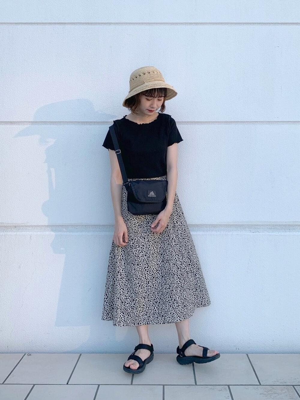 麦わら帽子×黒のフリル襟Tシャツ×総柄スカート×スポーツサンダル