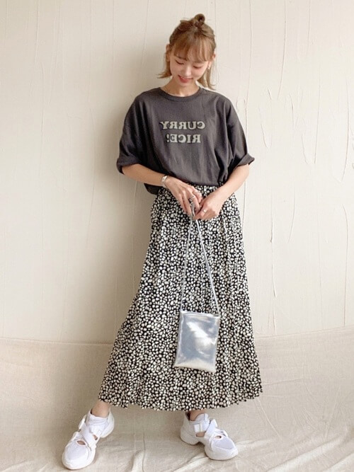 ×黒のロゴTシャツ×総柄スカート×白のスニーカーミニショルダーバッグ