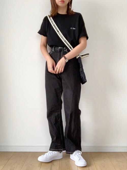 黒のTシャツ×ブラックデニム×白のスニーカー×ショルダーバッグ