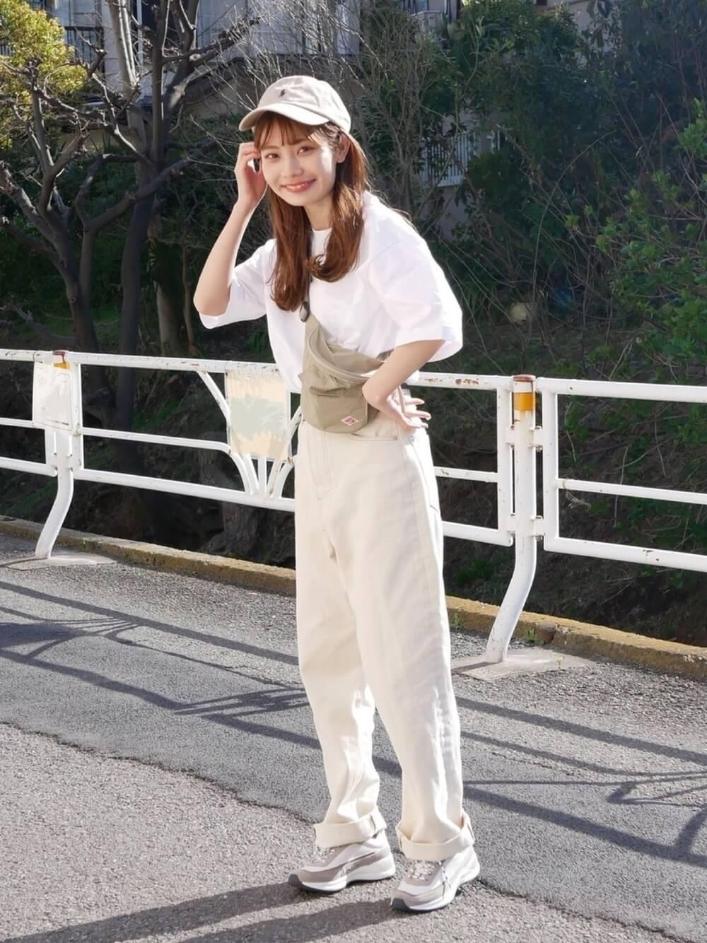 キャップ×白のTシャツ×白のパンツ×ベージュのショルダーバッグ