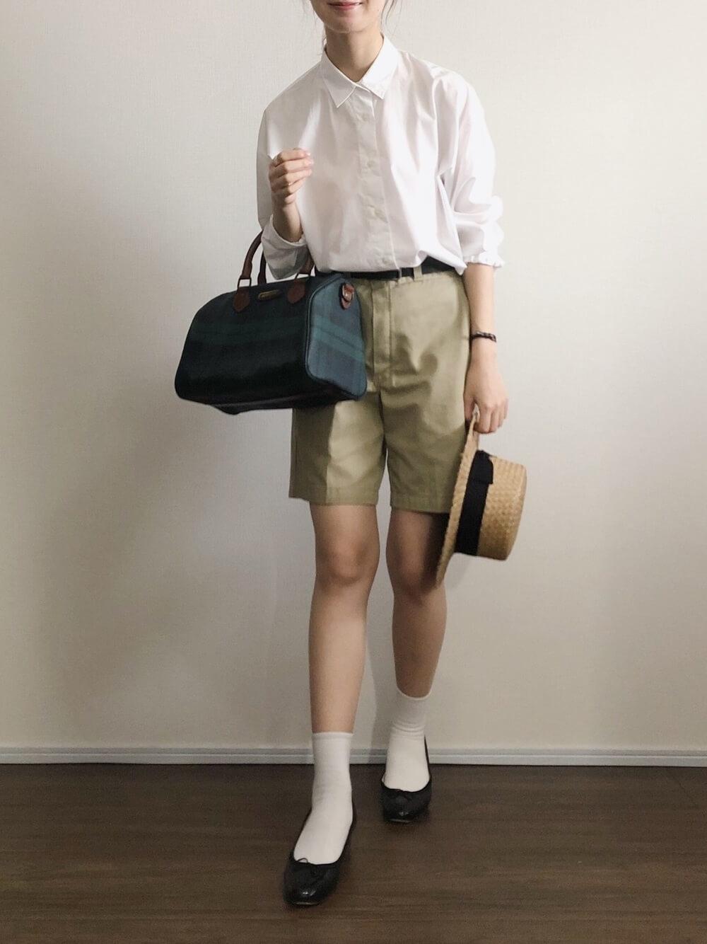 カンカン帽×白のシャツ×ベージュのショートパンツ×黒のパンプス