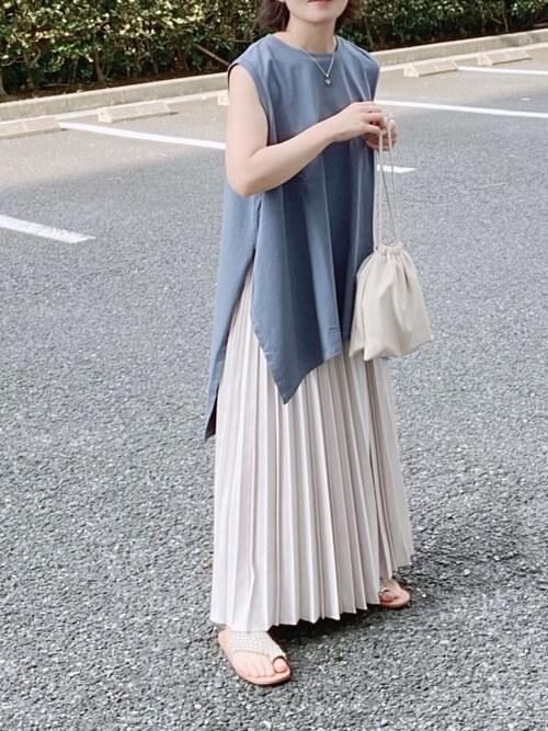 青のTシャツ×ベージュのプリーツスカート×白のサンダル