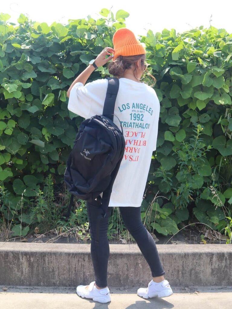 サマーニット帽×白のバックロゴT×黒のレギパン×スニーカー