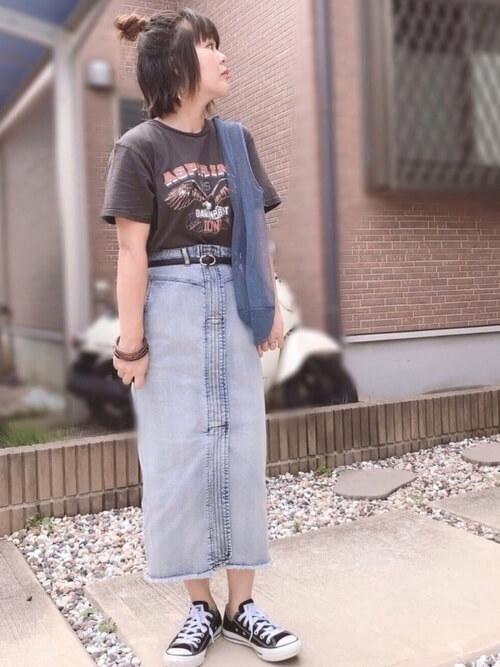 デニムタイトスカート×スニーカー×ロックTシャツのレディースコーデ