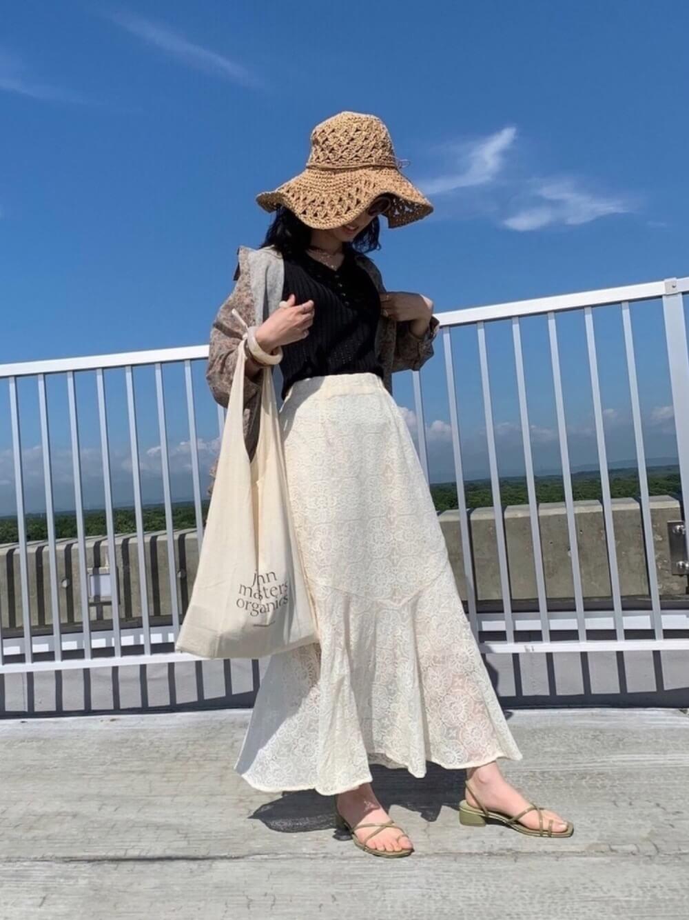 麦わら帽子×花柄シャツ×黒のタンクトップ×レースのスカート×ベージュのサンダル