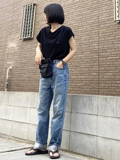 VネックTシャツ×デニムパンツ×黒のサンダル×黒のサコッシュ