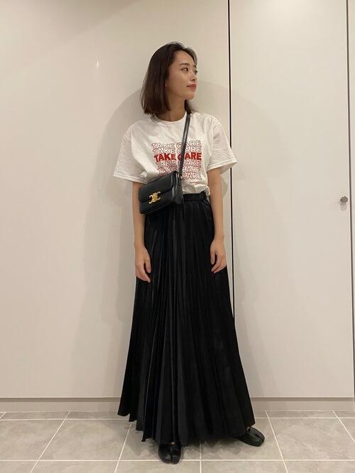 無地の白Tシャツ×黒のプリーツスカート×黒の足袋バレエシューズ×黒のショルダーバッグ
