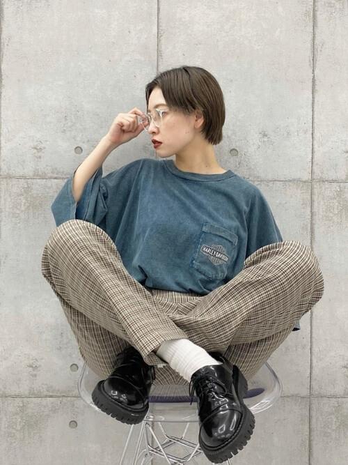 青のTシャツ×チェックパンツ×黒のブーツ