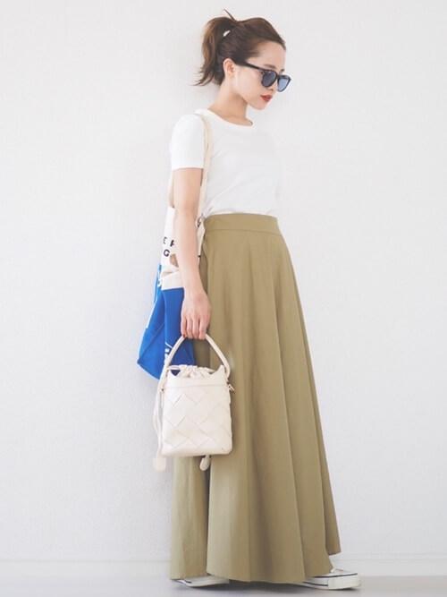 無地の白Tシャツ×チノスカート×白のスニーカー