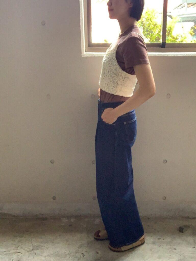 茶色のTシャツ×ワイドデニムパンツ×白のキャミソールのコーデ
