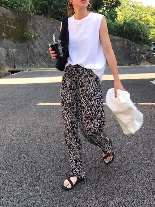 無地の白Tシャツ×柄パンツ×黒のサンダル×黒のバッグ