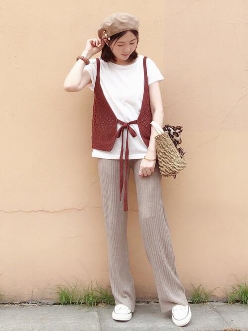 赤のキャミソール×白のTシャツ×ベージュのリブパンツ×白のスニーカー