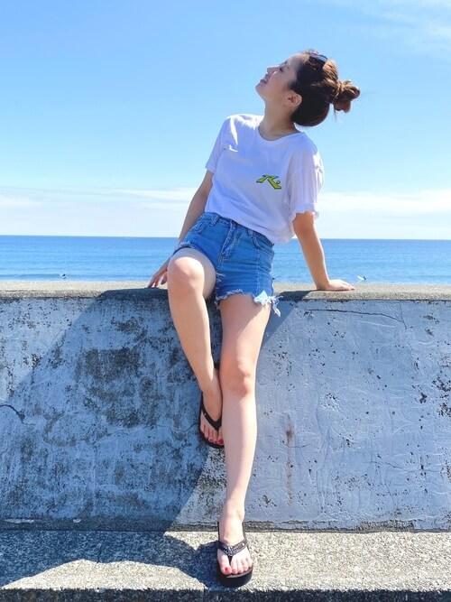 白のTシャツ×デニムショートパンツ×サンダルのサーフ系ファッションコーデ