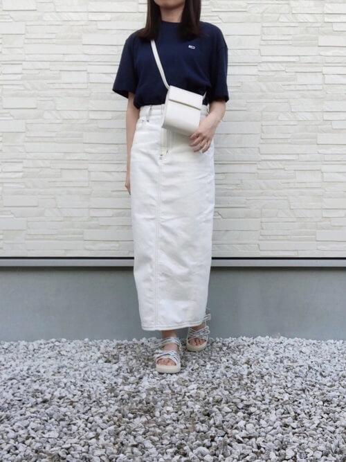 黒のTシャツ×白のスリット入りタイトスカート×シルバーのサンダル