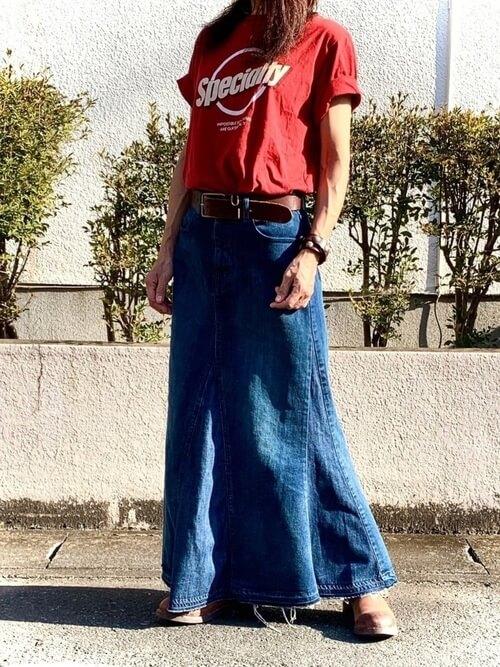赤のTシャツ×デニムスカート×ブラウンのブーツ