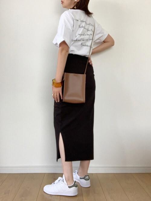 無地の白Tシャツ×黒のタイトスカート×白のスニーカー×ブラウンのショルダーバッグ