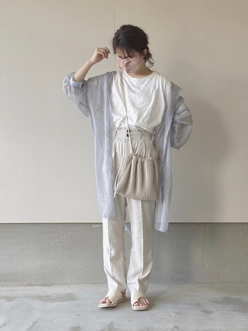 グレーのロングシアーシャツ×白のTシャツ×白のパンツ×白のサンダル