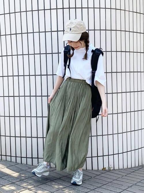 無地の白Tシャツ×グリーンのスカート×シルバーのスニーカー×ベージュのキャップ