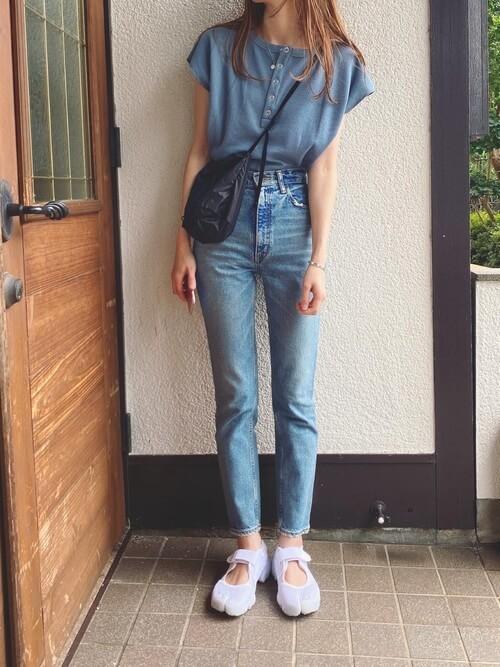 青のTシャツ×デニムパンツ×白のスニーカーサンダル×黒のショルダーバッグ