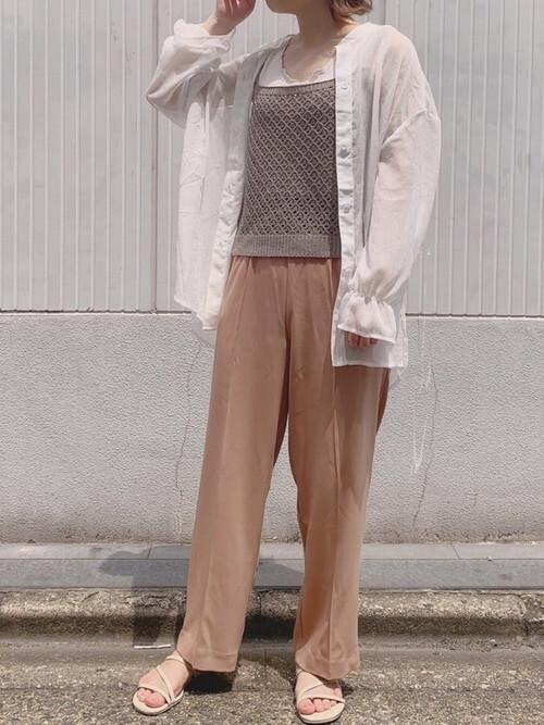 グレーのキャミソール×白のシアーシャツ×ブラウンのパンツ×ベージュのサンダル