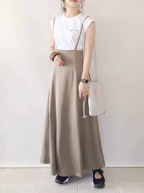 白のロゴTシャツ×ベージュのサロペットスカート×黒のスニーカーサンダル×ミニショルダーバッグ