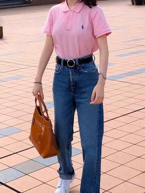 ストレートデニム×スニーカー×ピンクのポロシャツのコーデ