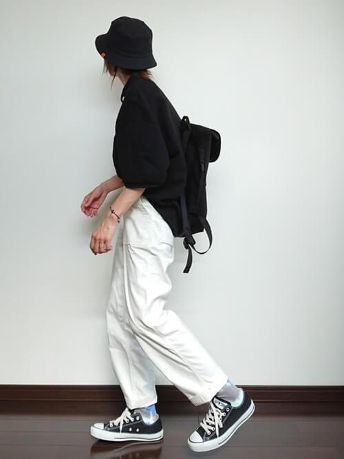 白のベイカーパンツ×スニーカー×黒のポロシャツのコーデ