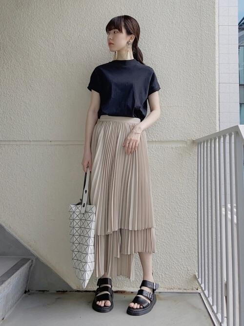 黒のTシャツ×ベージュのティアードスカート×黒のサンダル