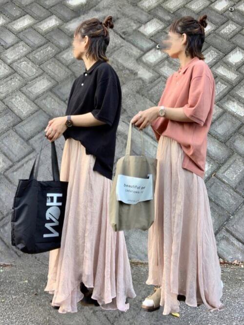 フレアスカート×トートバッグ×黒のポロシャツのコーデ