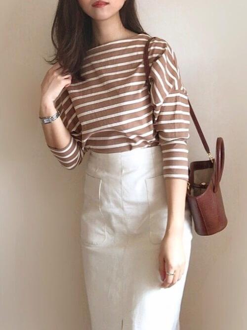 ボートネック×白のタイトスカート×ショルダーバッグ