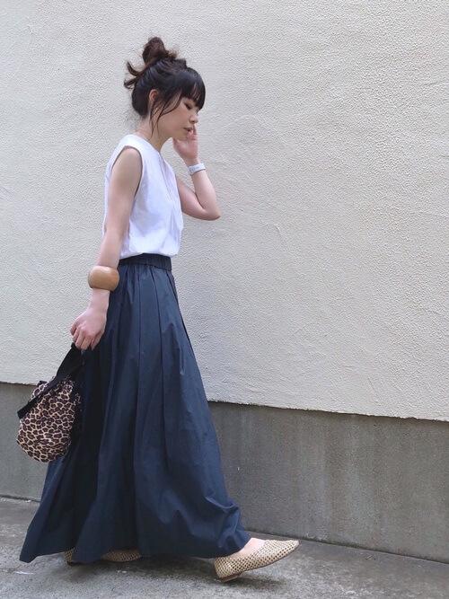 無地の白Tシャツ×ネイビーのロングスカート×ベージュのパンプス×レオパード柄の巾着バッグ