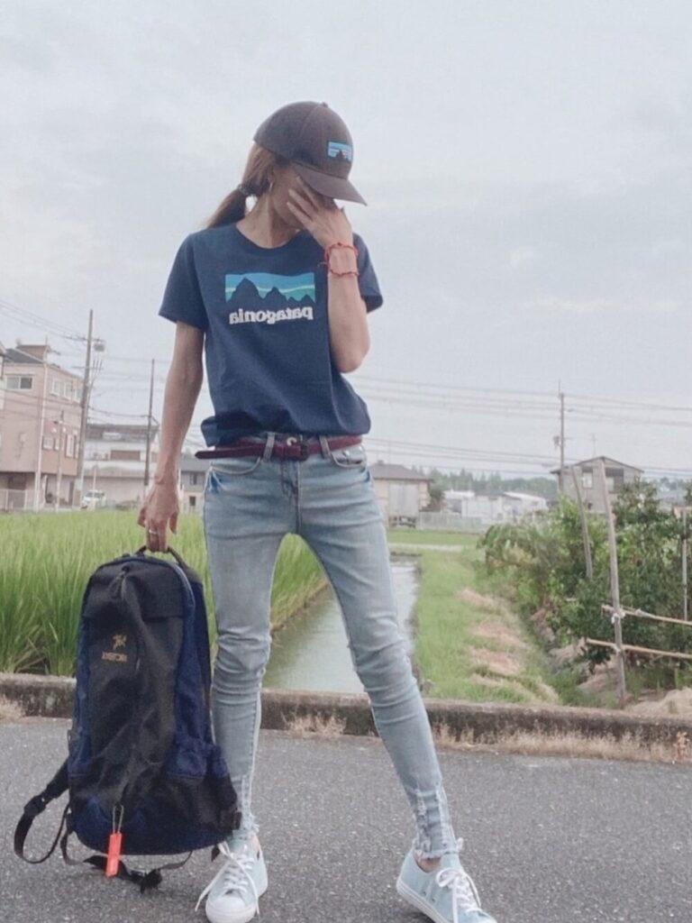 ネイビーTシャツ×デニムパンツ×スニーカー×キャップ