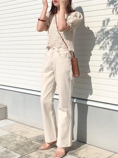 ベージュのクロシェ編みニット×白のデニムパンツ×ベージュのサンダル×ミニショルダーバッグ