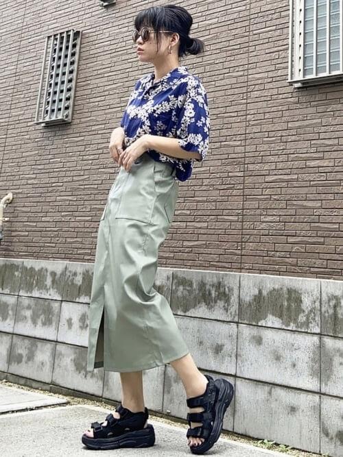 レザースカート×サンダル