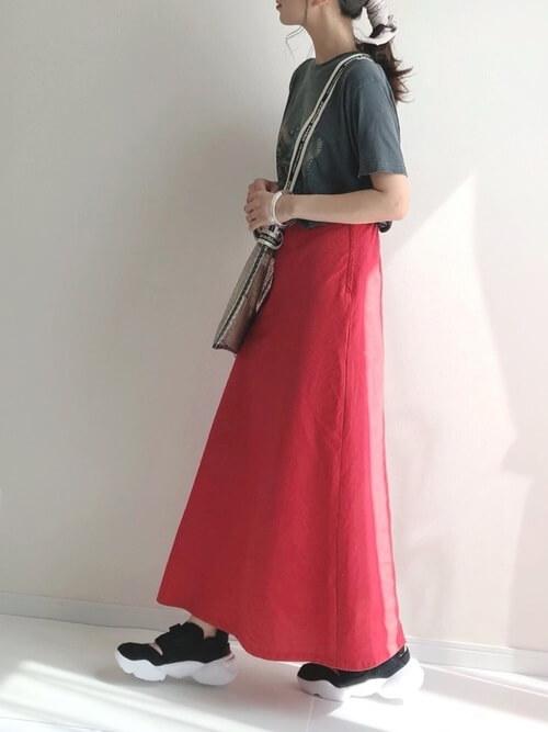 赤のマキシスカート×スニーカーサンダル×ロックTシャツのレディースコーデ