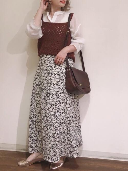 赤のキャミソール×白のシアーシャツ×花柄のスカート×ピンクゴールドのバレエシューズ
