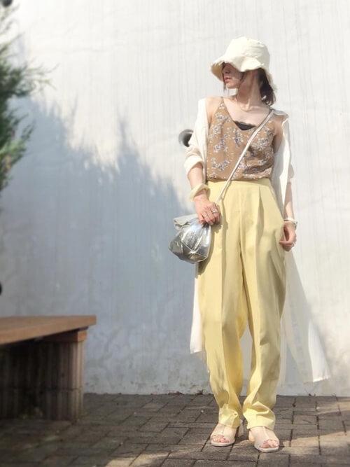 シャツワンピ×黄色のスラックス×花柄キャミソールのコーデ