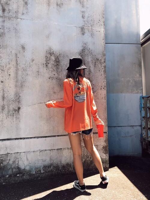 オレンジのロンT×デニムショートパンツ×スニーカーのサーフ系ファッションコーデ