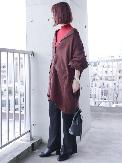 赤のTシャツ×ブラウンのオーバーサイズシャツ×黒のパンツ×黒のブーツ