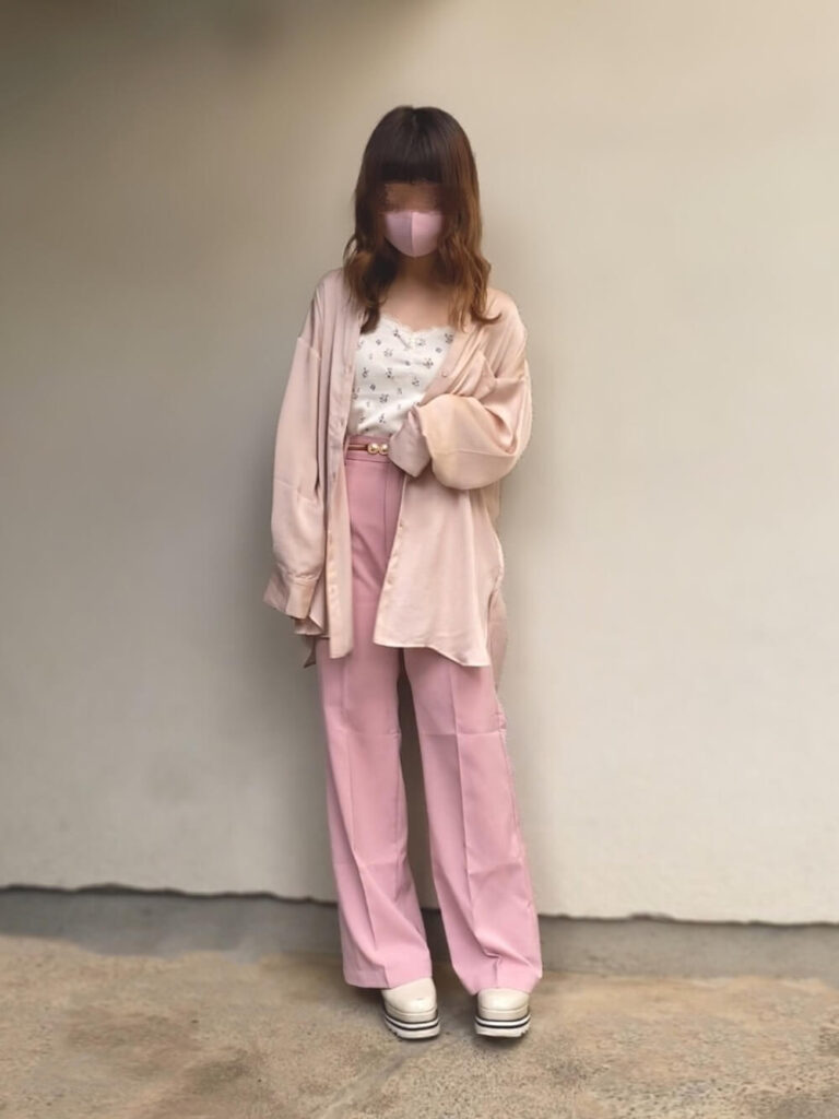 ノーカラーシャツ×ピンクのワイドパンツ×花柄キャミソールのコーデ