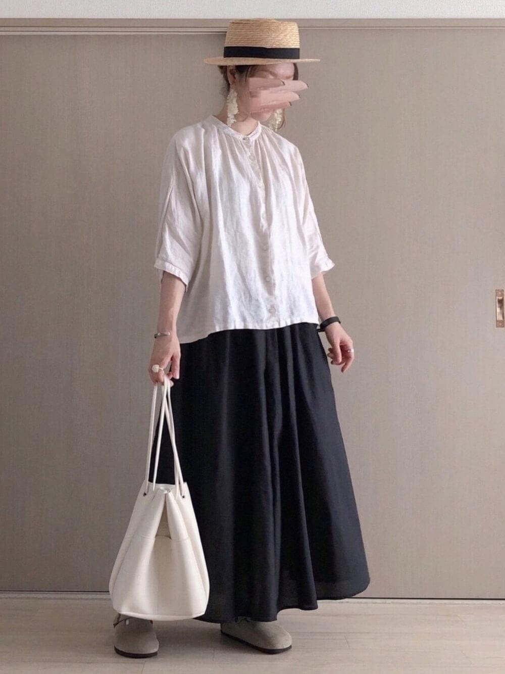 カンカン帽×白のブラウス×黒のスカート×ベージュのサンダル