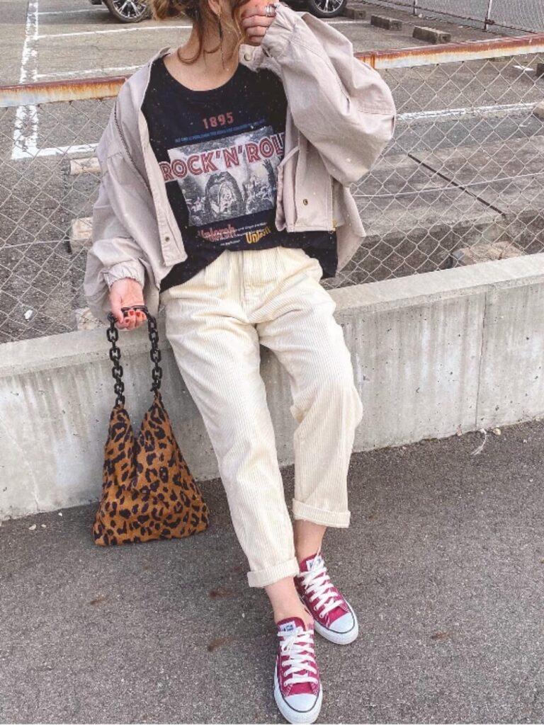 白のチノパン×ミリタリージャケット×ロックTシャツのレディースコーデ