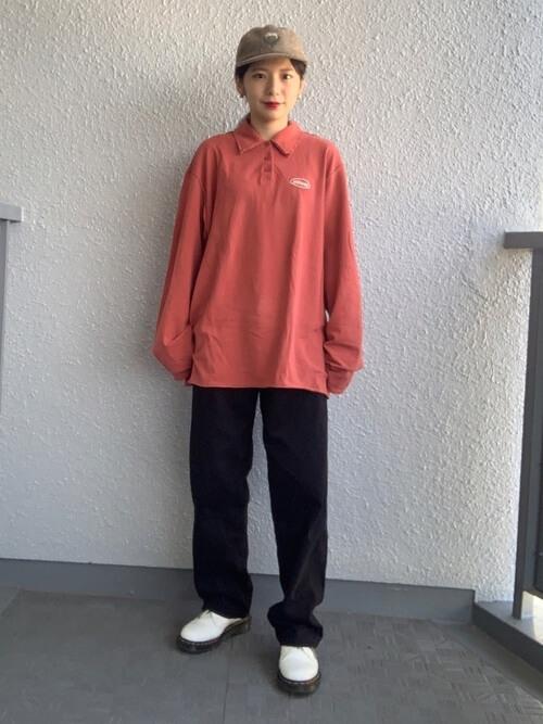 黒のチノパン×白のローファー×ピンクのポロシャツのコーデ