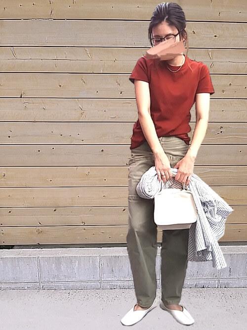赤のTシャツ×グリーンのパンツ×白のパンプス×白のバッグ