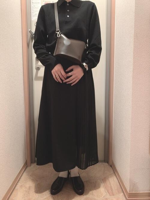 黒のプリーツスカート×ドレスシューズ×黒のポロシャツのコーデ