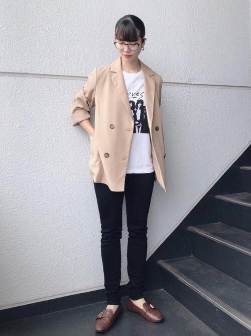 テーラードジャケット×黒のスキニーパンツ×ロックTシャツのレディースコーデ