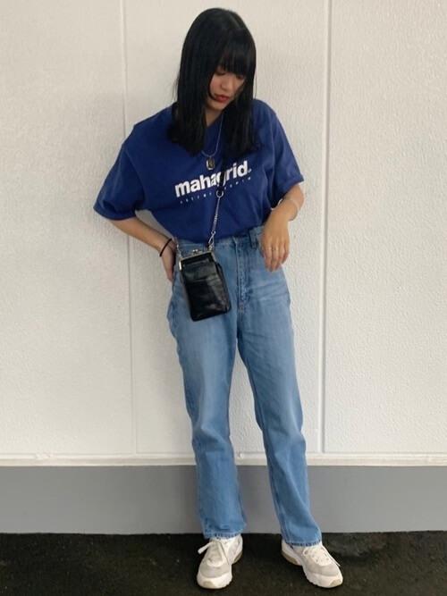 青のTシャツ×デニムパンツ×白のスニーカー×黒のショルダーバッグ